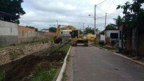 Córrego do Gambá recebe serviço de limpeza e desassoreamento