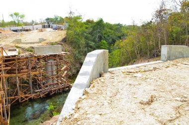 Prefeitura trabalha na construção de ponte de concreto sobre o Rio Paciência
