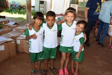 Alunos da rede municipal de Cuiabá recebem kits de uniformes escolares