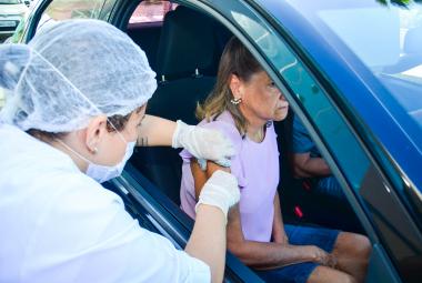 População de Cuiabá adere a sistema drive thru de vacinação contra Influenza
