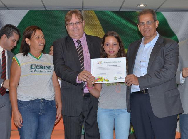 Alunos da rede municipal recebem premiações do Pintando a Copa